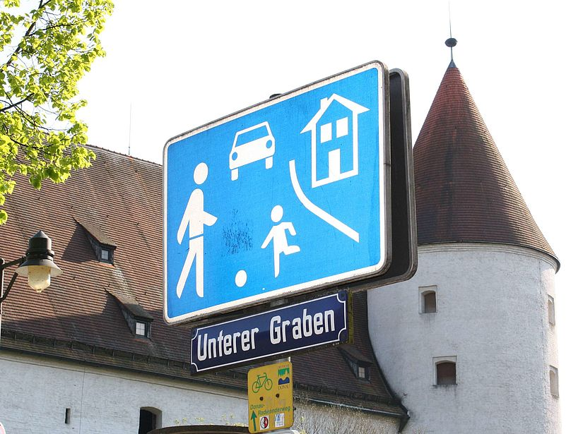 Road sign: pedestrian area.